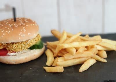 Пилешки бургер с пържени картофи