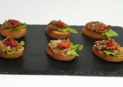 Брускета с маслинова тепанада, орех, сушен домат